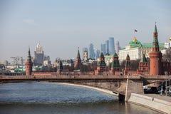 Storslagna Kremlslottväggar och torn och för affärsmitt MIBC för modern Moskva internationella skyskrapor på den Ryssland Moskvas Royaltyfria Bilder