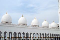 Storslagna moskékupoler på Abu Dhabi Royaltyfria Foton