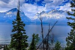 Storslagna Teton berg och Jackson Lake på soluppgång Arkivfoton