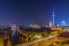 Storstadljus - natthimmel över Berlin Arkivfoton