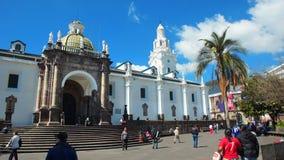 Storstads- domkyrka för Quito i självständighetfyrkanten i den historiska mitten Arkivfoton