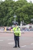Storstads- polis och turist- väntande på ändra för ceremoniel av de London vakterna, London, Förenade kungariket fotografering för bildbyråer