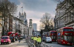 Storstads- poliser står vaksamma framme av 10 Downing Street på Whitehall, stad av Westminster, London, England, UK Royaltyfri Bild