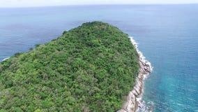 Storstilad oceanview och avslappnande ferie, från en höjdpunkt stock video