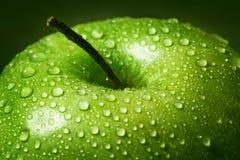 Stort äpple i droppar av vatten Royaltyfri Foto