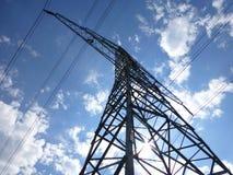 Stort överföringstorn under den blåa soliga himlen Arkivbild