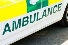 Stort ambulanstecken på sidan av ett sjukhusmedel fotografering för bildbyråer