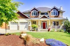 Stort amerikanskt härligt hus med den röda dörren. Arkivbild