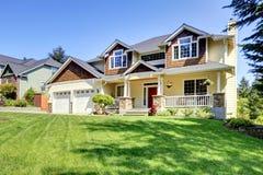 Stort amerikanskt härligt hus med den röda dörren. Arkivfoto