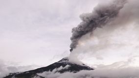 Stort antal av den Volcano Ash Covers The Skies Over Tungurahua vulkan lager videofilmer