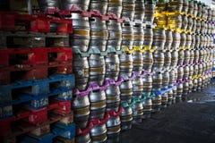 Stort avsnitt av ölkaggar som väntar på fördelning på bryggeriet Arkivfoton