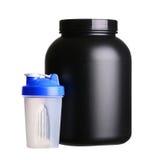 Stort bada av vasslaprotein med den isolerade shaker för bodybuilding Royaltyfri Foto
