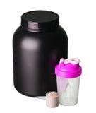 Stort bada av vasslaprotein med den rosa shaker och koppen av protein Royaltyfri Fotografi