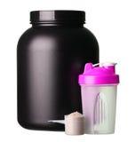 Stort bada av vasslaprotein med den rosa shaker och koppen av protein Fotografering för Bildbyråer