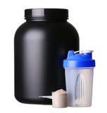 Stort bada av vasslaprotein med shaker och koppen av proteinpulver Royaltyfri Foto