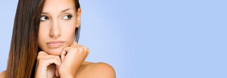 Stort baner med ståenden av brunettskönhet. Royaltyfri Foto