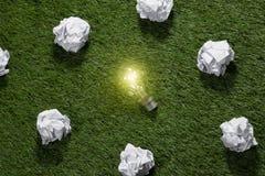 Stort begrepp med skrynkligt anseende för pappers- och ljus kula för kontor på tabellen Royaltyfri Foto