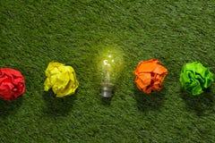 Stort begrepp med skrynkligt anseende för pappers- och ljus kula för kontor på tabellen Arkivfoton