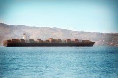 Stort behållareskepp, som seglar på det öppna havet Royaltyfri Foto