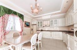 Stort bekvämt kök I mitt av köket en massiv royaltyfri foto