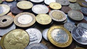 Stort belopp av mynt för gamla pengar av olik länder och tidbakgrund arkivfoton