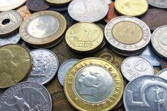 Stort belopp av mynt för gamla pengar av olik länder och tidbakgrund royaltyfria foton
