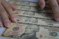 Stort belopp kassa av hundra US dollarsedlar som sätter på träpanelbakgrund royaltyfri foto