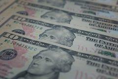 Stort belopp kassa av hundra US dollarsedlar som sätter på träpanelbakgrund arkivbilder