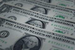Stort belopp kassa av hundra US dollarsedlar som sätter på träpanelbakgrund royaltyfria foton