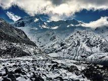 Stort berg som täckas i snö arkivbild
