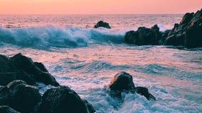 Stort blått grovt hav som långsamt surfar färgstänk för vågor, krasch, avbrott Rullande tropisk Thailand strand Suncet stock video