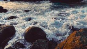Stort blått grovt hav som långsamt surfar färgstänk för vågor, krasch, avbrott Rullande tropisk Thailand strand Suncet N?rbild arkivfilmer