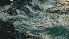 Stort blått grovt hav som långsamt surfar färgstänk för vågor, krasch, avbrott som rullar den tropiska Thailand strandSuncet närb arkivfilmer