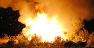 Stort brandhus på natten Royaltyfri Foto