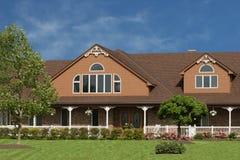 stort brunt hus Arkivbild