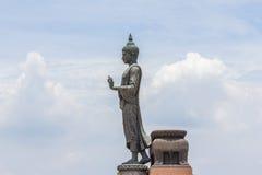 Stort buddha anseende med den blåa himlen Royaltyfria Bilder