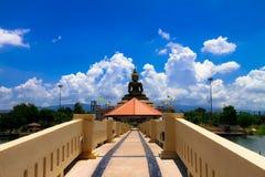 Stort Buddhasammanträde på meditationplattformen, med har länge royaltyfria bilder