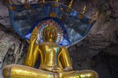 Stort Buddhastatyslut upp på templet för elefantstengrotta, Thaila Arkivbild