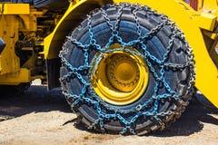 Stort bulldozergummihjul med kedjor Royaltyfri Fotografi