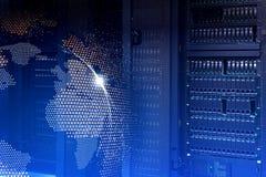 Stort databegrepp Serveror och lagring av den moderna datorhallen med hologramplanetjord Arkivbild
