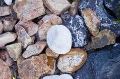 Stort dekorativt vaggar och stenar Fotografering för Bildbyråer