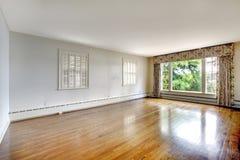 Stort elegant lyxigt historiskt hem- tomt sovrum. royaltyfri fotografi