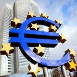 Stort eurotecken mot byggnad av ECB Arkivbilder