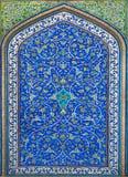 Stort exempel av islamisk kultur - tegelplattor med modeller och blommor royaltyfri foto