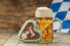 Stort exponeringsglas av lageröl i Bayern på Oktoberfest i Munich arkivbilder