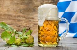 Stort exponeringsglas av lageröl i Bayern på Oktoberfest i Munich fotografering för bildbyråer