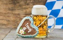 Stort exponeringsglas av lageröl i Bayern på Oktoberfest i Munich royaltyfria foton