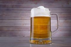 Stort exponeringsglas med öl Arkivfoton