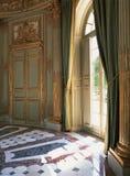 Stort fönster, gardiner och marmorgolv på den Versailles slotten Arkivbild