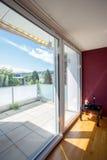 Stort fönster i sovrummet med terrassen Arkivfoto